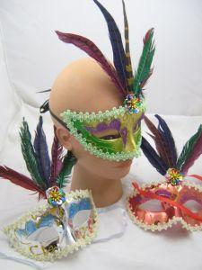 Полумаска с разноцветными перьями