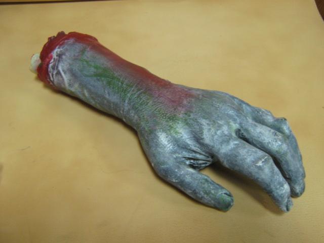 Отрезанная рука девушки